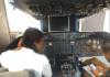 Studiantenan trahando den simulator di un B747.