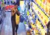 Imágen di un dama ku ta kometiendo 'shoplifting' den un supermerkado lokal.