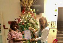 Pareha Marnix i Courtney van Rij orguyosamente ta mustra nan sertifikado ku Rudmila Cathalina di Fundashon FORMA a kaba di entregá na nan.