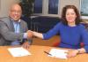 Diputado Elvis Tjin Asjoe i direktor suplente Ofisina Sentral di Statistik, Sylvia Kok-de Vries, ta firma e akuerdo di koperashon.